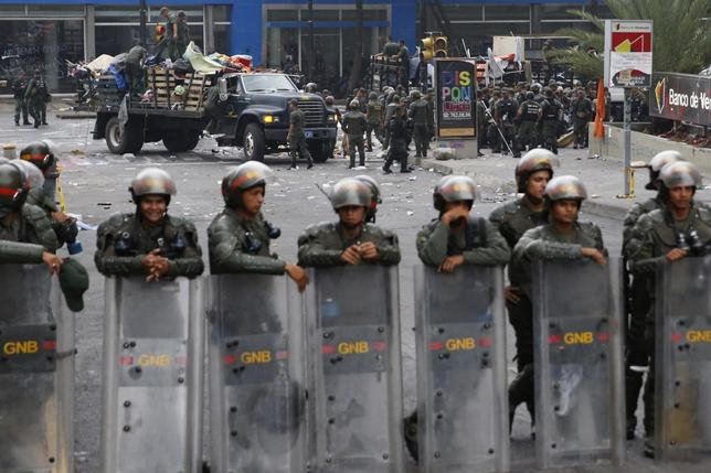 Venezuela's national guard dismantle an anti-government protester's camp site in front of the United Nations offices at Chacao district in Caracas, May 8, 2014.  REUTERS/Carlos Garcia Rawlins