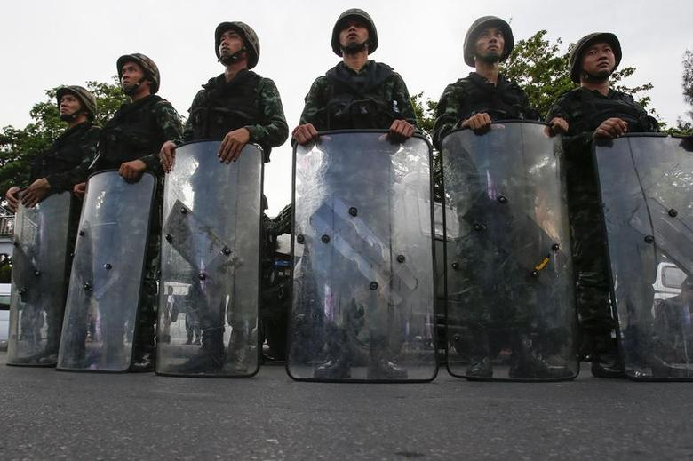 Thai soldiers stand guard as roads are blocked around the Victory Monument where anti-coup protesters were gathering on previous days, in Bangkok May 29, 2014. REUTERS/Athit Perawongmetha