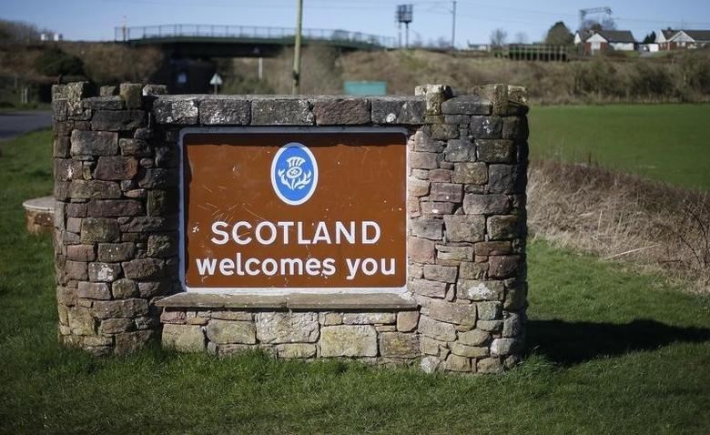 A welcome sign is seen outside Gretna, Scotland March 24, 2014.  REUTERS/Suzanne Plunkett