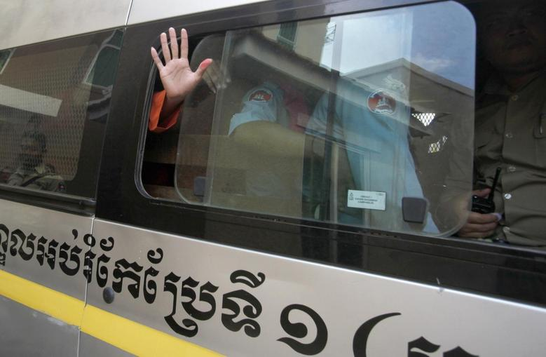 A detainee waves as he leaves the Phnom Penh Municipal Court in central Phnom Penh May 30, 2014.  REUTERS/Samrang Pring