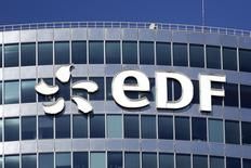 EDF est, avec BNP Paribas, une des valeurs à suivre vendredi à la Bourse de Paris à mi-séance où elle abandonne encore 3,18%. La valeur reste pénalisée par une rumeur pourtant démentie évoquant la cession de titres du groupe d'électricité détenus par l'Etat français./Photo d'archives/REUTERS/Benoit Tessier