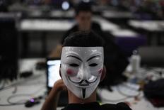 Le groupe de pirates informatiques Anonymous se prépare à mener des cyberattaques contre les sociétés qui parrainent la Coupe du monde de football le mois prochain au Brésil, afin de dénoncer le coût de l'organisation de cette compétition, a-t-on appris de source proche des hackers. /Photo d'archives/REUTERS/Nacho Doce
