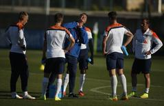 The Netherlands national soccer team coach Louis van Gaal (C) gestures as he talks with his players during a training session in Lagos May 23, 2014.   REUTERS/Rafael Marchante
