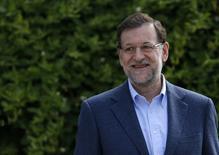 El presidente del Gobierno español, Mariano Rajoy, anunció el sábado un plan de inversión de 6.300 millones de euros y una reducción del impuesto de sociedades del 30 a 25 por ciento para impulsar la economía española y el empleo. En la imagen de archivo el presidente español Mariano Rajoy sonríe mientras habla con los periodistas durante la campaña para las elecciones parlamentarias en Madrid el 25 de mayo de2014.  REUTERS/Andrea Comas