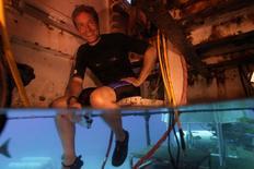 El nieto del famoso biólogo marino Jacques-Yves Cousteau se embarcará en la misión de permanecer en un laboratorio en el fondo del mar en los Cayos de Florida para intentar superar el récord que logró su abuelo hace 50 años. En la imagen de archivo el nieto de Jacques Cousteau, Fabien Cousteau, sentafo en el Aquarius a casi 20 meros de profundidad en los Cayos de FLorida  REUTERS/Mission 31/Handout via Reuters