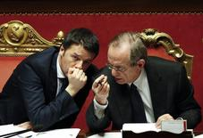 El primer ministro de Italia, Matteo Renzi (izquierda) conversa con el ministro de Economía, Pier Carlo Padoan (derecha), durante una votación en el Senado. Foto de archivo. REUTERS/Remo Casilli