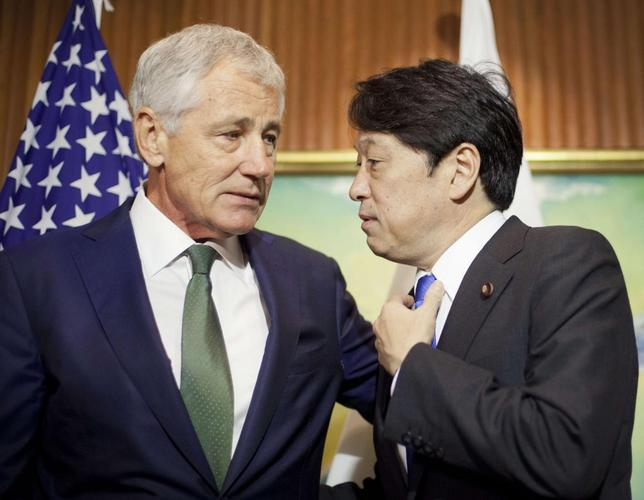 U.S. Defense Secretary Chuck Hagel (L) talks with Japan's Defense Minister Itsunori Onodera as they wait for South Korea's Defense Minister Kim Kwan-jin to arrive to begin their meeting in Singapore May 31, 2014. REUTERS/Pablo Martinez Monsivais/Pool