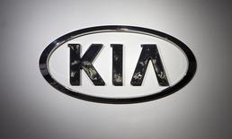 En la imagen se muestra el logo de Kia en el Centro de Convenciones Jacob Javits durante el Show Internacional de Autos en Nueva York, 16 de abril del 2014. La automotriz surcoreana Kia Motors planea comenzar pronto la construcción de una fábrica en México, dijeron el lunes dos fuentes familiarizadas con la situación a Reuters, en momentos en que la firma enfrenta limitaciones de su capacidad de fabricación en Estados Unidos. REUTERS/Carlo Allegri.
