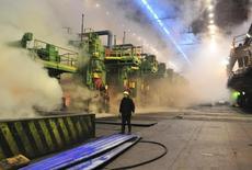 Рабочий в цеху завода НЛМК в Липецке, 30 января 2014 года. Производственный сектор российской экономики снижал обороты в мае седьмой месяц подряд, но темпы замедления были минимальными с ноября прошлого года, свидетельствуют результаты майского исследования, проведенного компанией Markit по заказу HSBC. REUTERS/Andrey Kuzmin