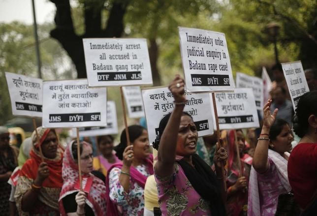 Demonstrators from All India Democratic Women's Association (AIDWA) hold placards and shout slogans during a protest against the recent killings of two teenage girls, in New Delhi May 31, 2014.  REUTERS/Adnan Abidi