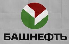 Логотип Башнефти на НПЗ в Уфе, 11 апреля 2013 года. Чистая прибыль средней по размеру нефтяной компании Башнефть в первом квартале 2014 года выросла на 16,4 процента в годовом выражении до 13,96 миллиарда рублей на фоне роста добычи сырья, сообщила компания в понедельник. REUTERS/Sergei Karpukhin