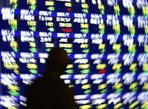 Мужчина у брокерской конторы в Токио, 14 января 2014 года. Фондовые рынки Японии и Южной Кореи выросли в понедельник за счет сильного производственного показателя Китая. REUTERS/Issei Kato