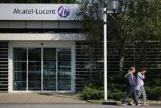 Le titre Alcatel-Lucent accuse la plus forte baisse de l'indice CAC 40 lundi à la mi-journée, abandonnant 1,4% dans un marché parisien en hausse de 0,11%, après l'annonce par l'équipementier télécoms d'une émission d'obligations convertibles pour un montant global d'environ un milliard d'euros. /Photo d'archives/REUTERS/Stéphane Mahé