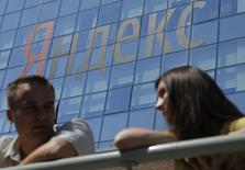 Люди у офиса Яндекса в Москве 23 мая 2014 года. Московская биржа допустит к торгам с 3 июня акции класса А крупнейшего российского интернет-поисковика Яндекс, сообщил Рейтер источник, знакомый с планами компании. REUTERS/Maxim Shemetov