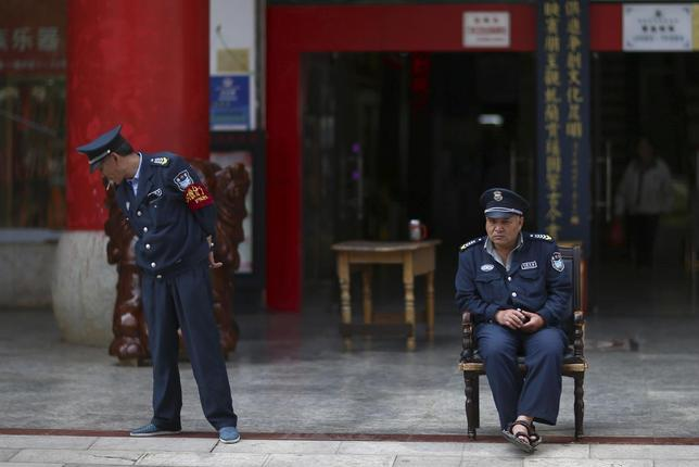 Security guards are seen on duty in front of a jewellery store in Kunming, Yunnan province May 8, 2014. REUTERS/Wong Campion