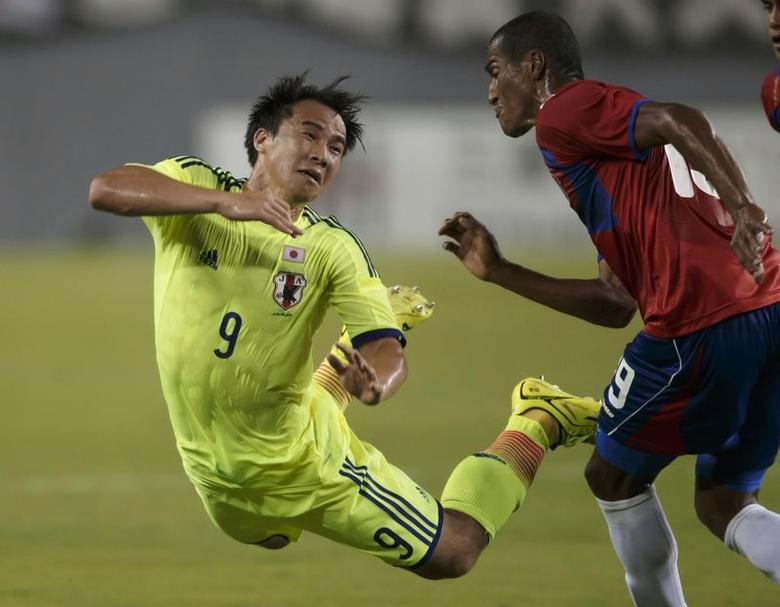 Shinji Okazaki (L) of Japan's national soccer team, the Samurai Blue, collides with Costa Rica's Roy Miller during an international friendly soccer match ahead of the World Cup in Tampa, Florida June 2, 2014. REUTERS/Scott Audette