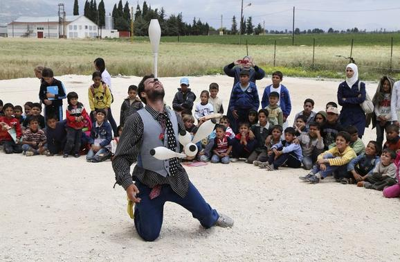 Clay, one of the members of Clowns Without Borders, entertains Syrian refugee children in Jab Janine, West Bekaa June 2, 2014.       REUTERS-Sharif Karim