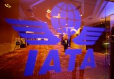Imagen de archivo del logo de la IATA en una reunión del grupo en Pekín, jun 11 2012. Iniciativas de aerolíneas para seguir a sus aviones en tiempo real después de la desaparición del vuelo MH370 de Malaysian Airlines podría elevar los precios de los pasajes, aunque los gobiernos también deberían pagar parte de los costos, dijeron líderes de la industria aérea el martes. REUTERS/Jason Lee