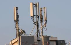 """Orange vient de détrôner son concurrent Bouygues Telecom qui occupait jusque-là la place de numéro un en termes de déploiement du très haut débit mobile """"4G"""", selon des chiffres dévoilés mardi par l'agence nationale des fréquences (ANFR). /Photo d'archives/REUTERS/Eric Gaillard"""