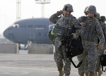 """Американские военные на авиабазе в Киргизии 13 февраля 2009 года. Пентагон во вторник официально закрыл авиабазу в Киргизии после почти 13 лет дислокации и передал Бишкеку символический золотой ключ от """"воздушных ворот в Афганистан"""". REUTERS/Shamil Zhumatov"""