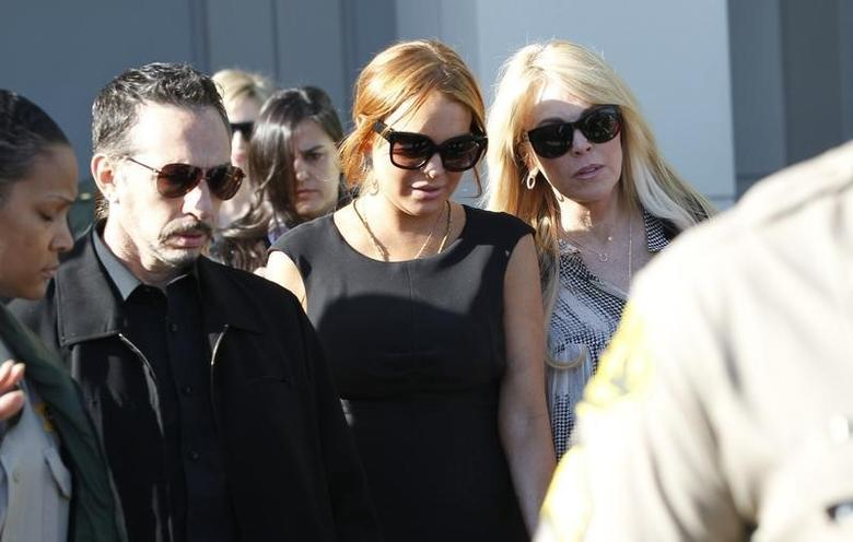 Actress Lindsay Lohan (C), with her mother Dina Lohan, leaves a probation violation hearing at Airport Branch Courthouse in Los Angeles, California January 30, 2013. REUTERS/Mario Anzuoni