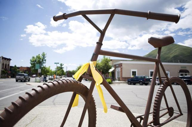 A ribbon of support of Army Sergeant Bowe Bergdahl is seen in Hailey, Idaho June 1, 2014. REUTERS/Patrick Sweeney