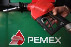 Imagen de archivo del logo de Pemex en una gasolinera de Ciudad de México, nov 23 2012. La estatal mexicana Pemex encargó a los bancos Citibank y Deutsche Bank vender entre inversores institucionales el grueso de su participación en la petrolera española Repsol, donde ha tenido una larga historia de fricciones con la gerencia. REUTERS/Edgard Garrido