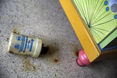 Un recipiente de gas lacrimógeno en un apartamento en Caracas, Mayo 8, 2014. Las latas de gas lacrimógeno disparadas en las calles de Caracas están siendo transformadas en esculturas, en un concurso que busca dar un giro artístico a las peores protestas antigubernamentales registradas en Venezuela en más de una década.  REUTERS/Jorge Silva