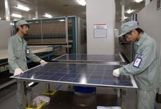 Dans une usine du fabricant chinois de panneaux solaires Suntech Power. Le département américain du Commerce a jugé mardi que les importations chinoises de cellules photovoltaïques bénéficiaient d'aides publiques indues et recommandé de taxer ces produits jusqu'à 35%. /Photo d'archives/REUTERS