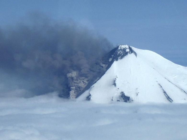 Smoke pours from the erupting Pavlof Volcano on the Alaska Peninsula, 590 miles (950 kms) southwest of Anchorage, in this picture from the Alaska Department of Fish and Game taken May 30, 2014. REUTERS/Paul Horn/Alaska Department of Fish and Game/Handout via Reuters