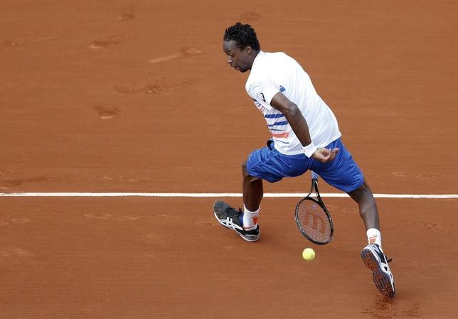 Gael Monfils of France returns a shot to Guillermo Garcia-Lopez of Spain during their men's singles match at the French Open tennis tournament at the Roland Garros stadium in Paris June 2, 2014.    REUTERS/Vincent Kessler