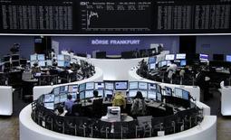 Помещение Франкфуртской фондовой биржи, 4 июня 2014 года. Европейские фондовые рынки снижаются после публикации данных о секторе услуг и ВВП еврозоны и накануне совещания Европейского центрального банка. REUTERS/Remote/Stringer
