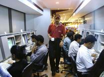Dans un café internet à Bangalore. L'Inde pourrait s'ouvrir aux distributeurs en ligne étrangers dès juillet, ce qui aurait pour effet de développer la concurrence dans l'un des plus gros marchés au monde et l'un des plus regardants sur les prix. /Photo d'archives/REUTERS