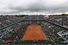 General view of the Philippe Chartrier court during the women's quarter-final match between Sara Errani of Italy and Andrea Petkovic of Germany at the French Open tennis tournament at the Roland Garros stadium in Paris June 4, 2014.       REUTERS/Vincent Kessler