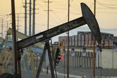 Imagen de archivo de unas unidades de bombeo de crudo, propiedad de Oxy en Long Beach, EEUU, jul 30 2013. Las existencias de crudo en Estados Unidos cayeron más de lo esperado la semana pasada en medio de un alza en la utilización de refinerías, ante una creciente demanda por exportación, mostró el miércoles un informe de la gubernamental Administración de Información de Energía (EIA por su sigla en inglés). REUTERS/David McNew
