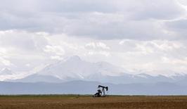 Станок-качалка в поле под Денвером, США 16 мая 2008 года. Цены на нефть снижаются в связи со значительными запасами в США и ослаблением напряженности на Украине. REUTERS/Lucas Jackson
