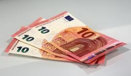 Купюры валюты евро в Банке Австрии в Вене 13 января 2014 года. Курс евро держится вблизи четырехмесячного минимума, пока инвесторы ждут итогов совещания Европейского центрального банка. REUTERS/Heinz-Peter Bader