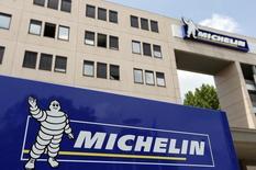 Vers 12h20, Michelin (-0,98% à 90,15 euros) accuse la plus forte baisse du CAC 40, la valeur testant sa moyenne mobile à 50 jours, à 89,71 euros. Au même moment, l'indice phare de la Bourse de Paris prend 0,08%. /Photo d'archives/REUTERS/Régis Duvignau