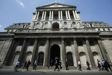 La Banque d'Angleterre a, comme prévu, maintenu jeudi son taux directeur à son plus bas niveau historique (0,5%) en dépit de la multiplication des signes de reprise et d'envolée des prix de l'immobilier. /Photo prise le 15 mai 2014/REUTERS/Luke MacGregor