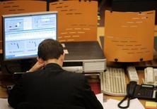 Трейдер на торгах ММВБ в Москве 8 октября 2008 года. Российские фондовые индексы уже несколько сессий стабилизируются у сложившихся уровней и почти не отреагировали на ожидавшееся снижение ставки европейского ЦБ, а участников торгов продолжает волновать проблема дефицита акций ВТБ на рынке репо. REUTERS/Alexander Natruskin