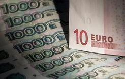 Банкноты российского рубля и евро, Москва, 17 февраля 2014 года. Рубль достиг недельного максимума в паре с евро во время выступления главы ЕЦБ Марио Драги, заявившего о запуске новой программы дешевого кредитования банков и о возможности скупки регулятором ценных бумаг. REUTERS/Maxim Shemetov
