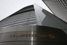 Société Générale et Santander réfléchissent chacune de leur côté à un partenariat avec le numéro deux allemand du secteur bancaire Commerzbank, rapporte jeudi le magazine allemand Bilanz. /Photo prise le 13 février 2014/REUTERS/Ralph Orlowski