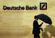 Deutsche Bank a prévenu jeudi qu'elle risquait de devoir régler des amendes d'un montant considérable et que cela pourrait compliquer sa tâche de se conformer aux exigences prudentielles. /Photo d'archives/REUTERS/Luke MacGregor