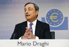 La Banque centrale européenne, présidée par Mario Draghi, a annoncé jeudi un ensemble de mesures destinées à lutter contre la faiblesse de l'inflation, à relancer le crédit et à soutenir la reprise au sein de la zone euro, en abaissant ses taux directeurs jusqu'à tester le passage en territoire négatif de celui de dépôt et en offrant aux banques de nouvelles facilités de refinancement à long terme. /Photo prise le 5 juin 2014/REUTERS/Ralph Orlowski