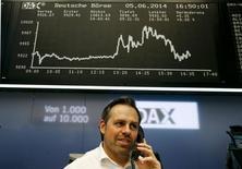 Les Bourses européennes ont terminé en hausse, à l'exception notable de Londres, les investisseurs ayant globalement apprécié les décisions de la Banque centrale européenne. À Paris, le CAC 40 a pris 1,06%  à 4.548,73 points. Le Dax allemand a gagné 0,21% après avoir touché un plus haut historique à 10.013,69, tandis que l'indice EuroStoxx 50 a progressé de 0,9%. /Photo prise le 5 juin 2014/REUTERS/Ralph Orlowski