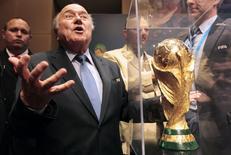 Presidente da Fifa, Joseph Blatter, gesticula perto do troféu da Copa do Mundo após entrevista coletiva em São Paulo, nesta quinta-feira, 5 de junho. REUTERS/Paulo Whitaker