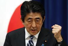 Le Premier ministre japonais Shinzo Abe a demandé à son ministre de la Santé d'accélérer la revue des allocations d'actifs du fonds public de retraite évalué à 1.260 milliards de dollars (925 milliards d'euros), qui est le plus important du monde. /Photo prise le 15 mai 2014/REUTERS/Toru Hanai