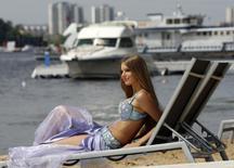Модель на пляже во время Summer Fair в Москве 27 июня 2009 года. Жаркая погода останется в Москве на выходные, ожидают синоптики. REUTERS/Sergei Karpukhin