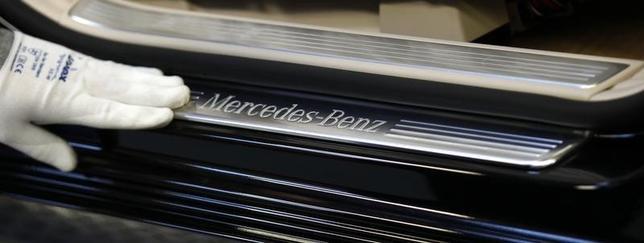 An employee cleans a German Mercedes-Benz S-class car at the plant in Sindelfingen near StuttgartJanuary 24, 2014.  REUTERS/Michaela Rehle