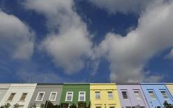 En la imagen de archivo, zona residencial en el barrio de Notting Hill en Londres en octubre de 2013.. El Fondo Monetario Internacional instó a Gran Bretaña a controlar las hipotecas más arriesgadas para enfriar el mercado inmobiliario, en la advertencia más fuerte hasta ahora de un organismo internacional sobre el peligro de una burbuja en los precios de las viviendas. REUTERS/Toby Melville
